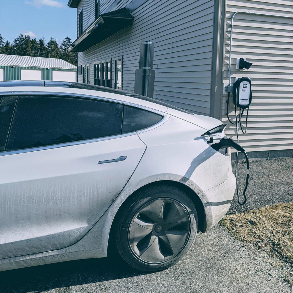 Tesla Model 3 cargando en una estación de carga gratuita en Tremont, ME